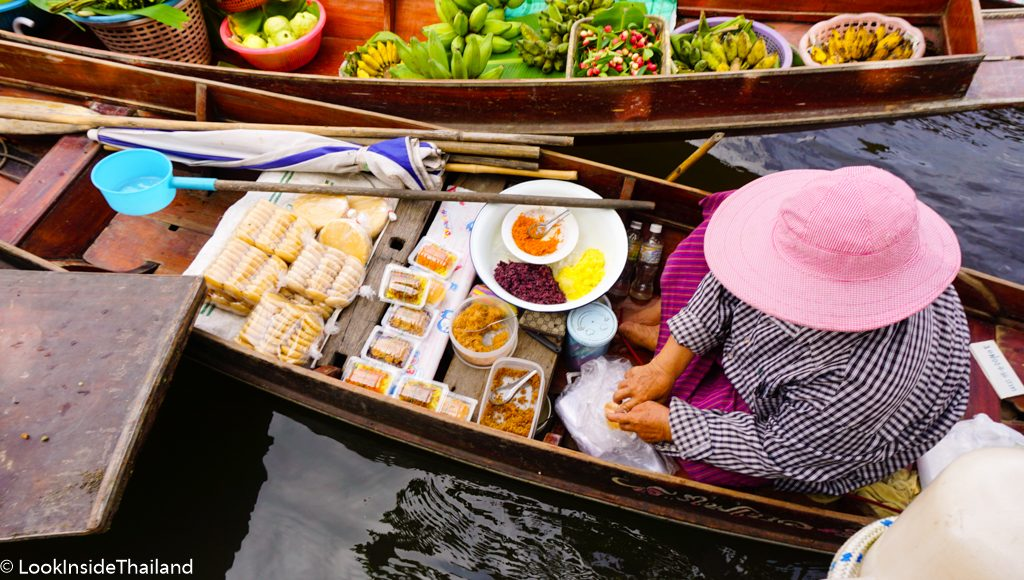 boat with Thai women selling food